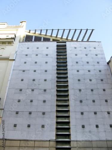 Fa ade moderne d 39 immeuble parisien photo libre de for Facade immeuble moderne