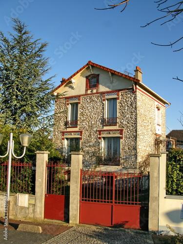 maison de banlieue en pierre avec grille en fer rouge france stock photo and royalty free. Black Bedroom Furniture Sets. Home Design Ideas