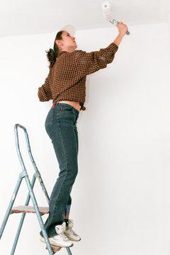 Femme faisant de la peinture dans appartement