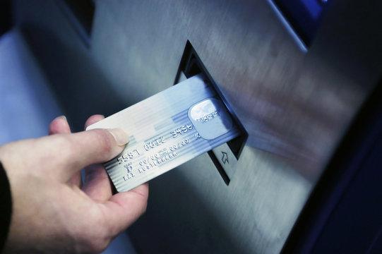 Kreditkarte wird in Geldautomat geschoben