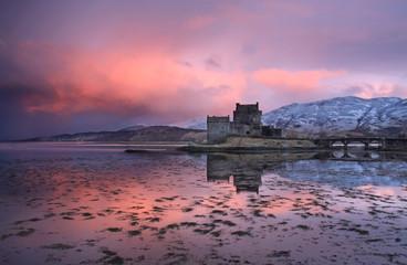Fotorolgordijn Kasteel Eilean Donan Castle at sunrise
