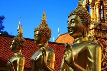 Statues de Bouddha sur ciel bleu