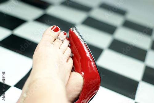 rote pumps stockfotos und lizenzfreie bilder auf bild 6584165. Black Bedroom Furniture Sets. Home Design Ideas