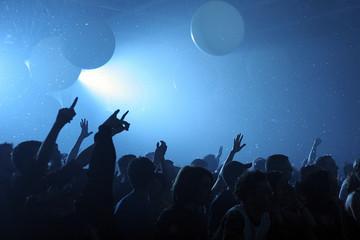 Mains et bras tendus pendant concert