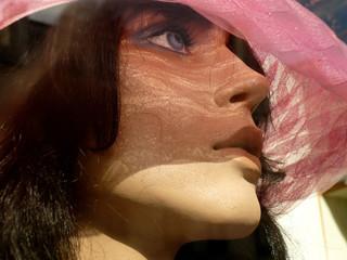 Wall Mural - mannequin au chapeau rose 2