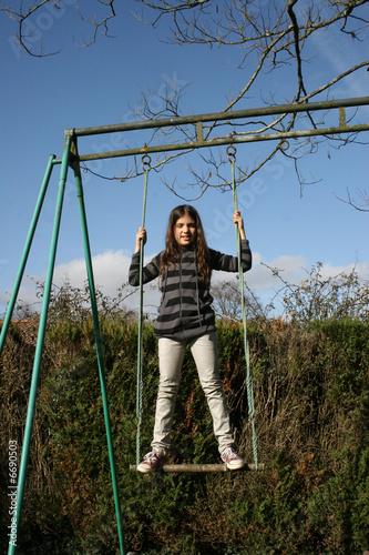 Petite fille debout sur une balan oire photo libre de - Balancoire 1 personne ...