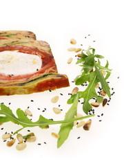 mediterrane terrine mit ziegenkäse,pinienkerne und rucola salat