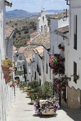 Blumenstraße in El Gastor mit Blick auf die Dorfkirche
