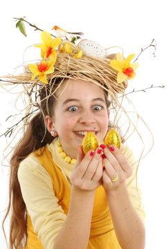 Jeune fille regarde des oeufs de Pâques
