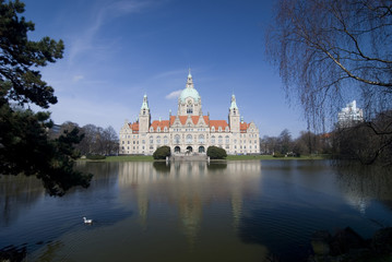 Rathaus in Hannover mit blauem Himmel