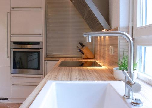 Moderne Küche mit Waschbecken, Herd ...