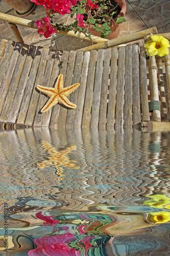 Toile de mer sur chaise longue en bambou stock photo for Chaise longue bambou