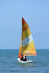 barca con vela gialla e arancione 2