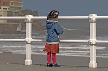 Niña mirando al mar