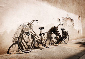 Photo sur Plexiglas Velo Italian old-style bicycles leaning against a wall