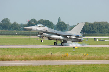 Fotobehang - F-16 Fighting Falcon beim Landen