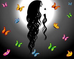 mujer bella mirando mariposas bajo la luna