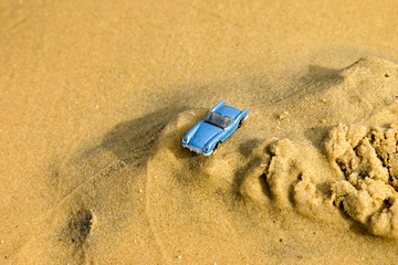 voiture miniature dans le sable
