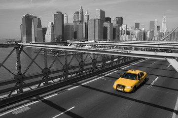 Tuinposter New York TAXI New York - Brooklyn Bridge e taxi giallo
