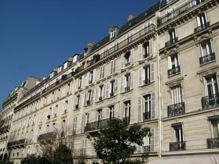 Rue de Paris, immeubles en pierre.  France.