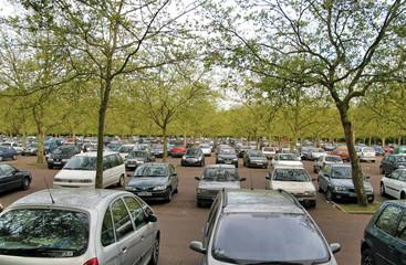 Grand parking sous les arbres