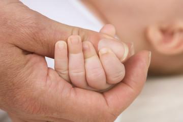 motherhand and babyfingers