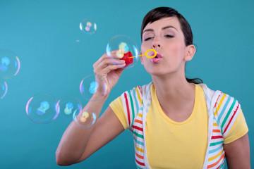 frau macht bunte bubbles seifenblasen