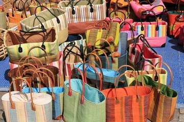 Paniers colorés du marché
