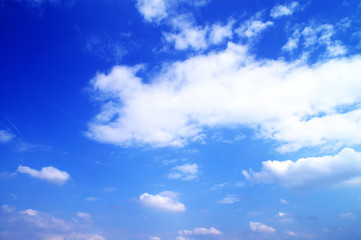 Grosse weisse Wolkem am blauen Himmel