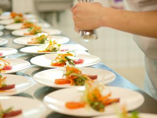 profikoch bereitet sashimi tellerreihen bankett gastronomie