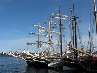 Drei Segelschiffe vor Anker