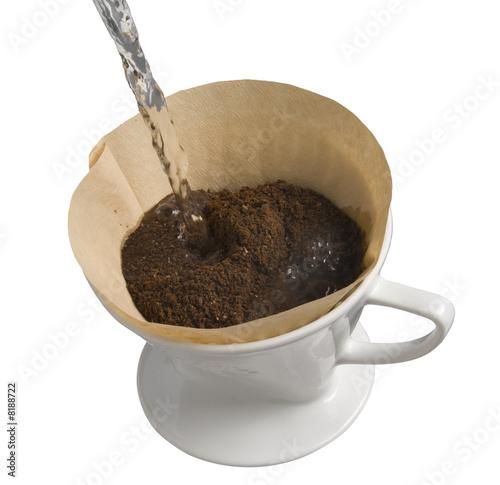 Wie Kocht Kaffee kaffee kochen im porzellan kaffeefilter freigestellt stockfotos