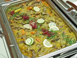 büffet,rindfleisch in grünem curry,chafing dish,gastronomie