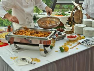 trendy frontcooking,profikoch kocht pasta,bankett gastronomie