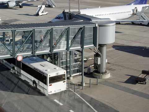AirportBus_Gangway_01
