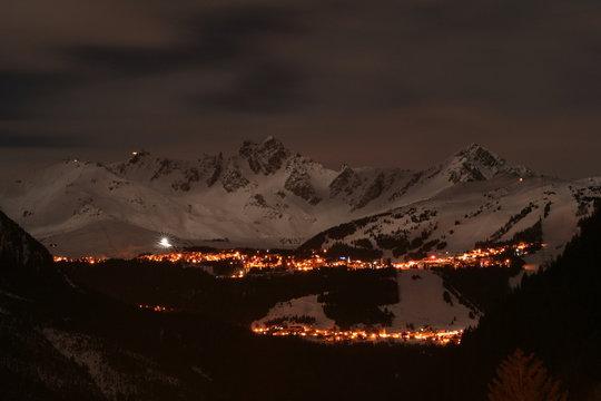 Courchevel bei Nacht, von Champagny en Vanoise aus gesehen