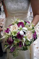 robe de mariée et son bouquet
