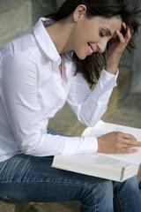 Studentin beim Lesen