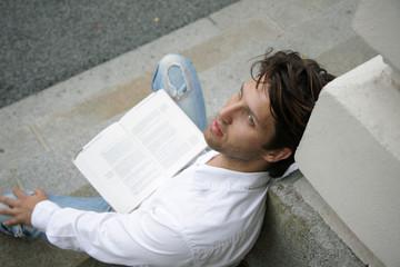 Nachdenklicher Mann beim Lesen