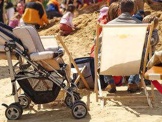 familie mit einzelkind am sand spielplatz, sandburg bauen