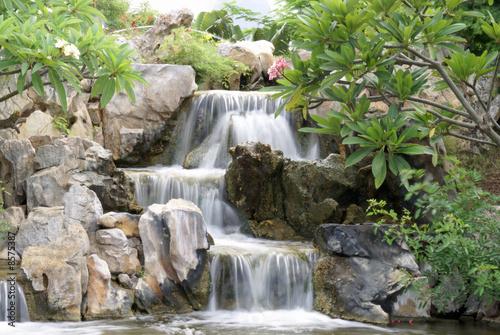 Cascade jardin japonais photo libre de droits sur la for Cascade jardin japonais