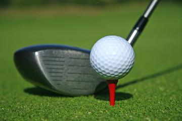 driver et balle de golf sur le tee