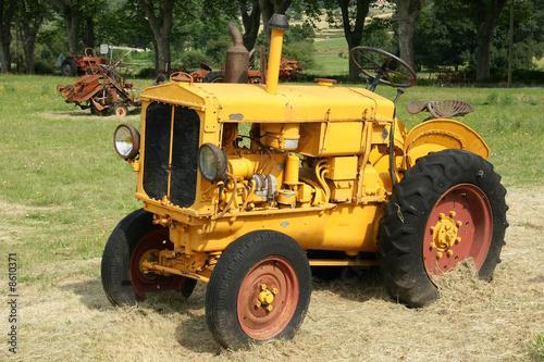 Photo libre de droits sur la banque d 39 images - Siege de tracteur ancien ...