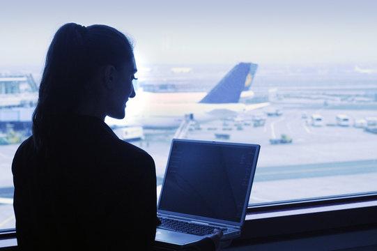 Geschäftsfrau mi Laptop am Flughafen