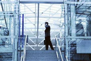 Geschäftsmann mit Handy im Terminal