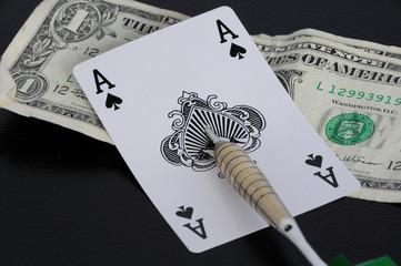 Spielkarte mit Dartpfeil und Dollar