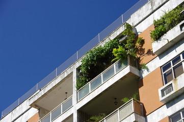 Balcon fleuri, ciel bleu en diagonale.