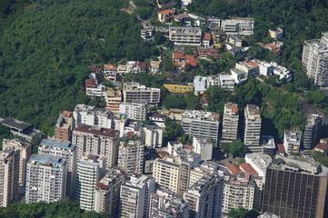 Rio de janeiro vu d'en haut: immeubles collines et arbres.
