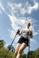 Junge Frau beim Nordic Walking