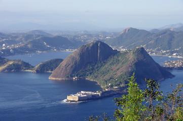 Collines dans la baie de Rio, Brésil.